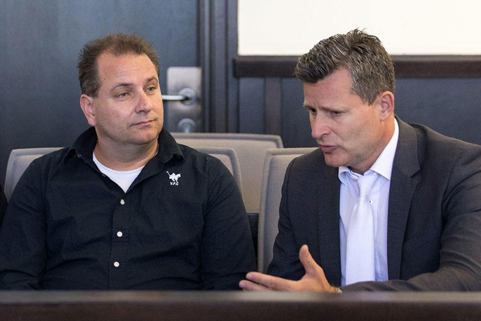 Wilfried W. sitzt mit seinem Anwalt Detlev Binder auf der Anklagebank.