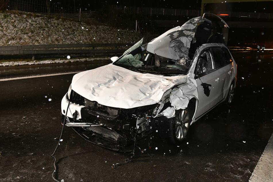 Der Fahrer konnte nicht mehr ausweichen, sein Wagen wurde völlig zerstört.