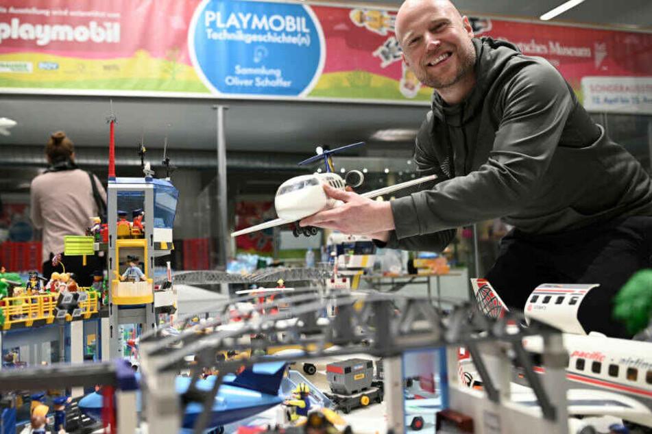 Playmobil-Fan Oliver Schaffer vor einem kompletten Flughafen mit den kultigen Plastik-Figuren.