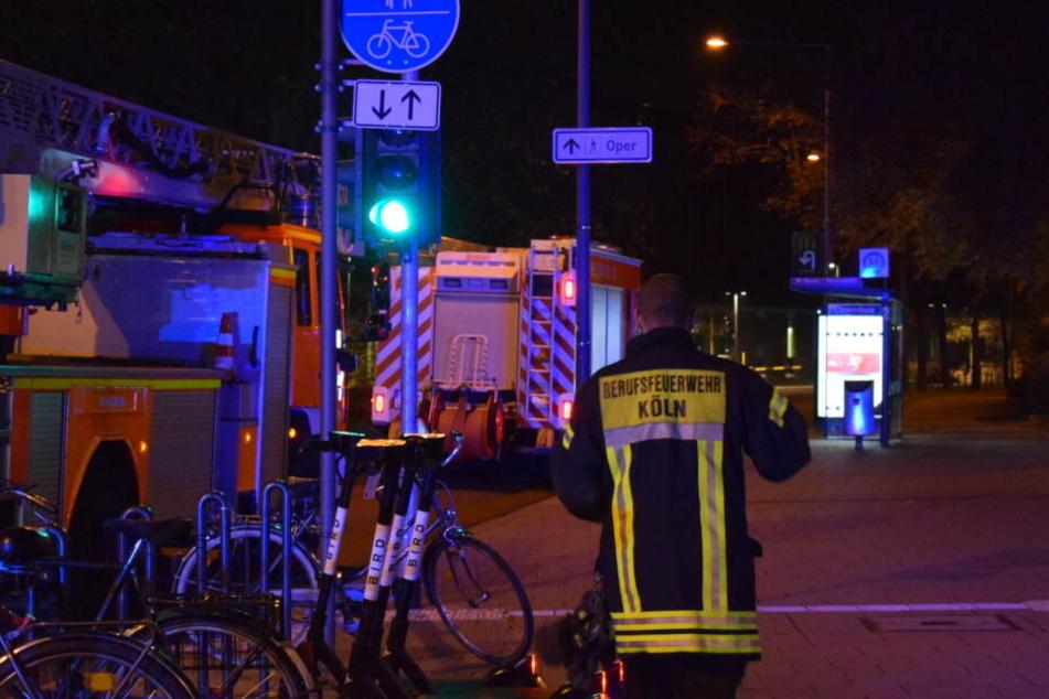 Die Feuerwehr an den Gleisen in Köln-Deutz.