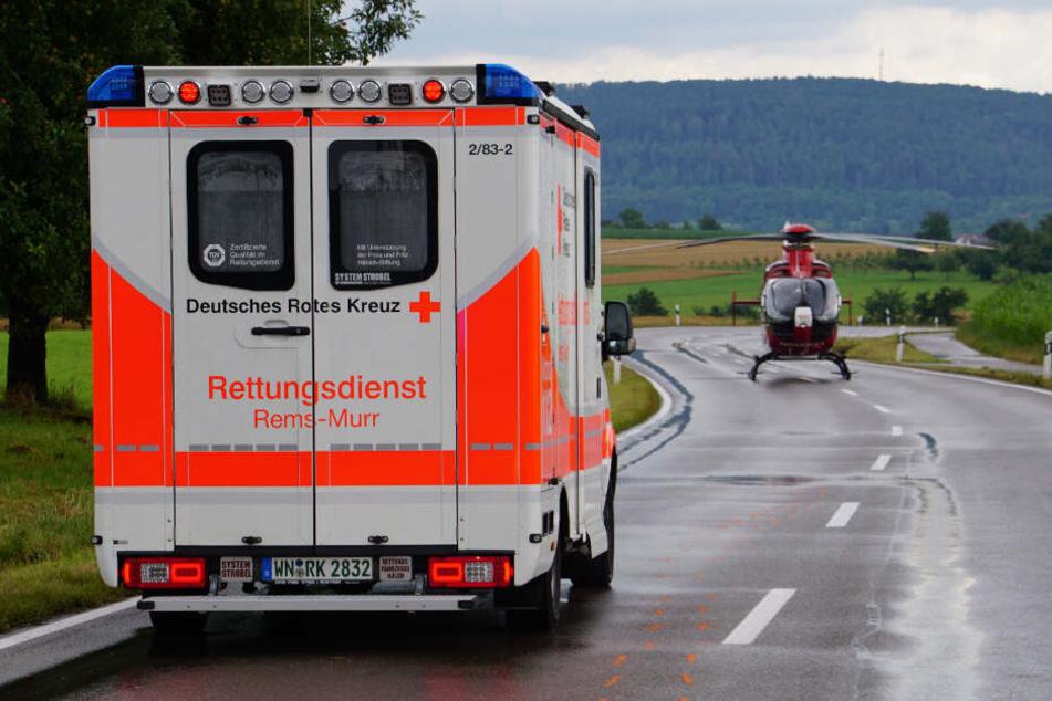 Der lebensgefährlich Verletzte wurde mit einem Rettungshubschrauber in eine Klinik geflogen.
