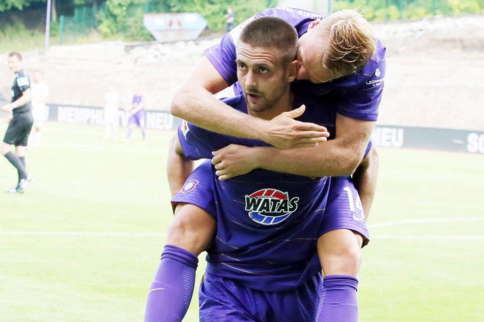 Ein kongeniales Duo: Dimitrij Nazarov nimmt Pascal Köpke Huckepack. Beide trafen in der Saison schon je zweimal.