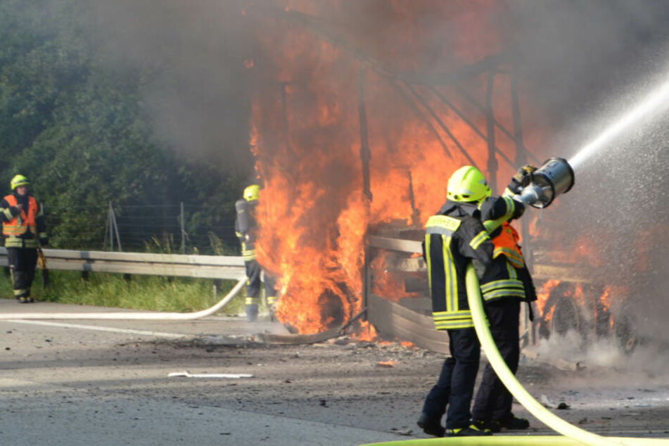 Der auffahrende Lkw brannte komplett aus.