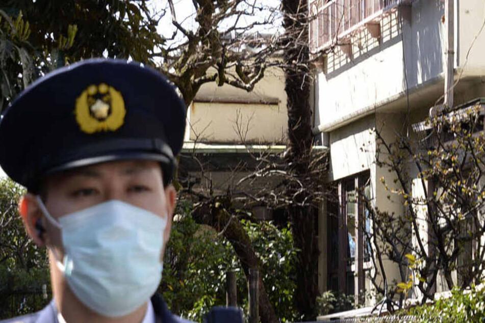 Ein Polizist steht vor einem leerstehenden Haus, in dem sieben in Formalin eingelegte Föten entdeckt wurden.