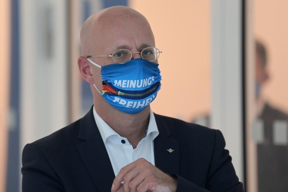 Dem rechtsextremen Andreas Kalbitz, ehemaliger Fraktionsvorsitzende der Brandenburger AfD, wird in Dresden eine Bühne geboten.