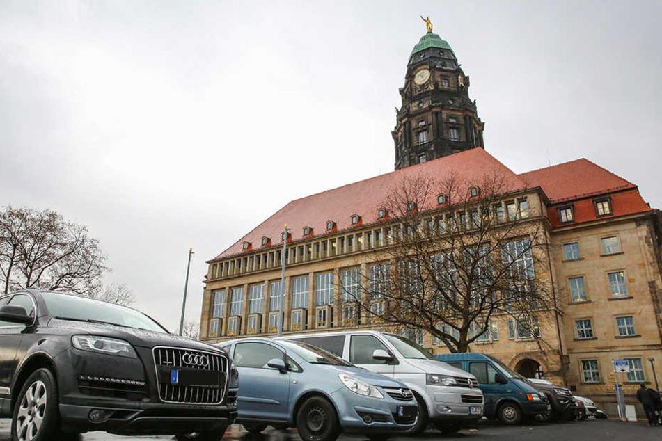 Um dringend benötigte Parkplätze zu schaffen, darf ab sofort auf dem Rathaus-Vorplatz geparkt werden.