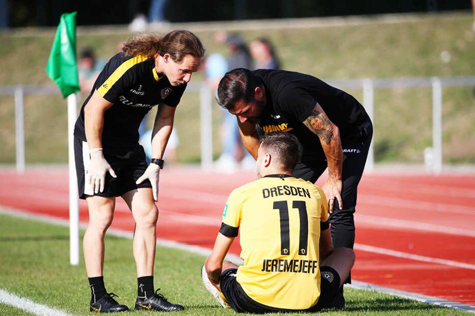 Dynamo-Stürmer Alexander Jeremejeff (m.) musste schon in der ersten Halbzeit verletzt ausgewechselt werden.