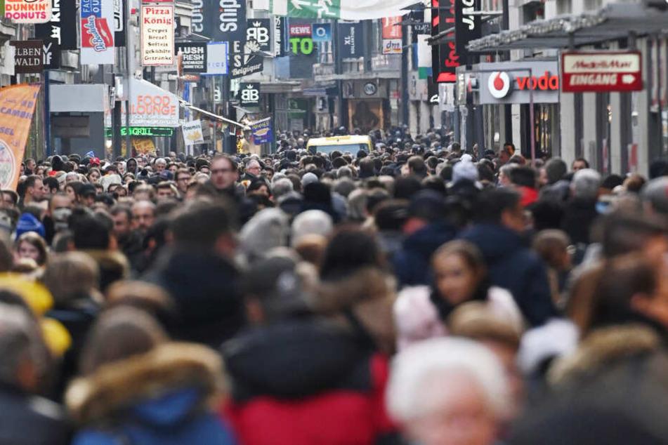 Enormes Gedränge ist in vielen Einkaufsstraßen in NRW zur Weihnachtszeit normal.