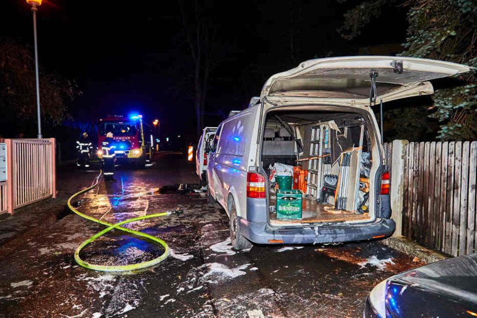 Die Feuerwehr war im Einsatz, um die beiden Transporter zu löschen.