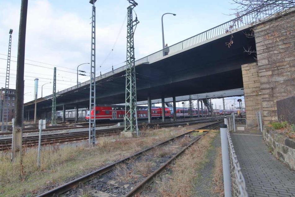 An der Nossener Brücke soll sich der Abstand zwischen Gleis und Brücke um 1,30 Meter erhöhen.