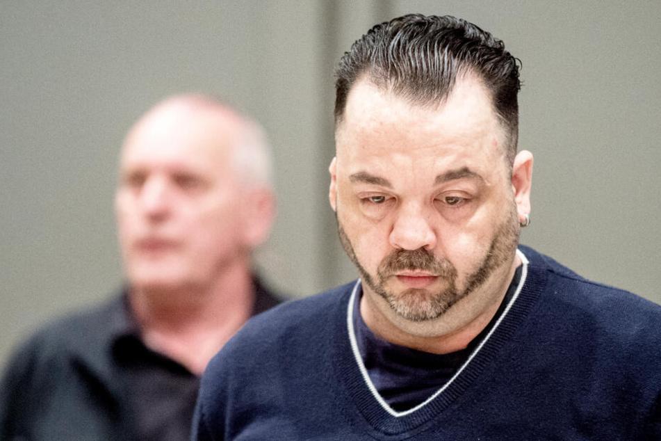 Niels Högel steht vor der Urteilsverkündung im Gerichtssaal.