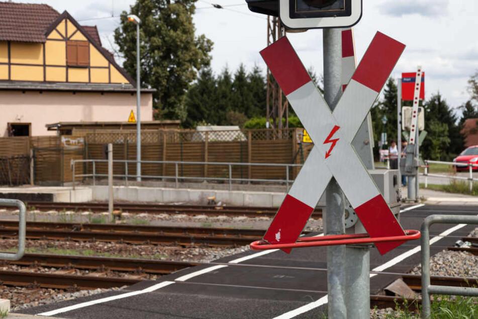 Ein Fußgänger wurde auf einem Bahnübergang von einem Zug erfasst und getötet (Symbolbild).