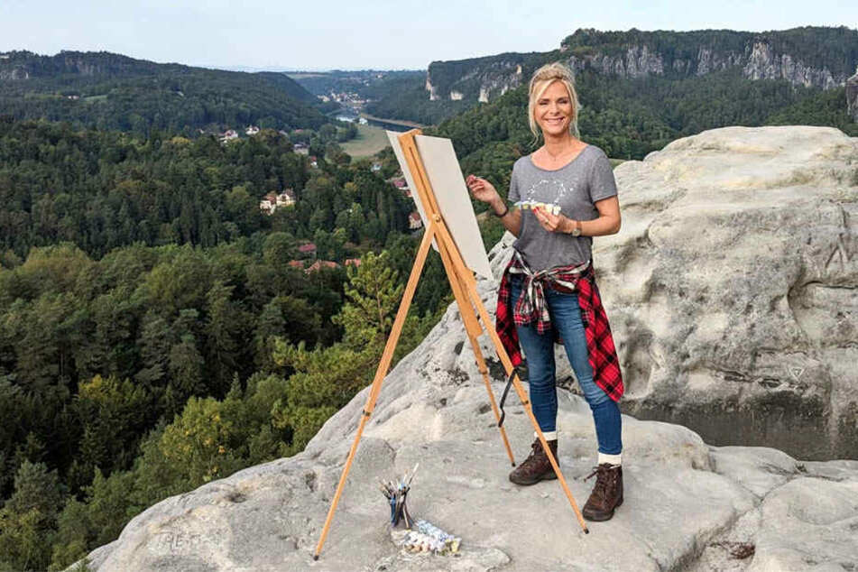"""Schlagerstar Uta Bresan (53) versucht sich für ihre MDR-Sendung """"Musik für Sie"""" in der Sächsischen Schweiz als Malerin."""