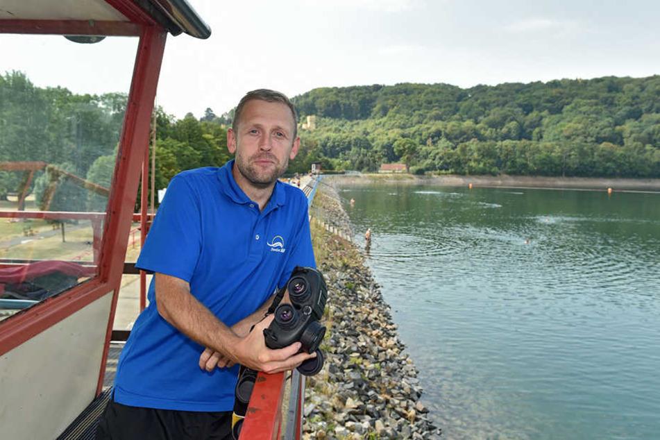 Badleiter Mathias Pilz (34) schwört auf die hervorragende Wasserqualität in Cossebaude.
