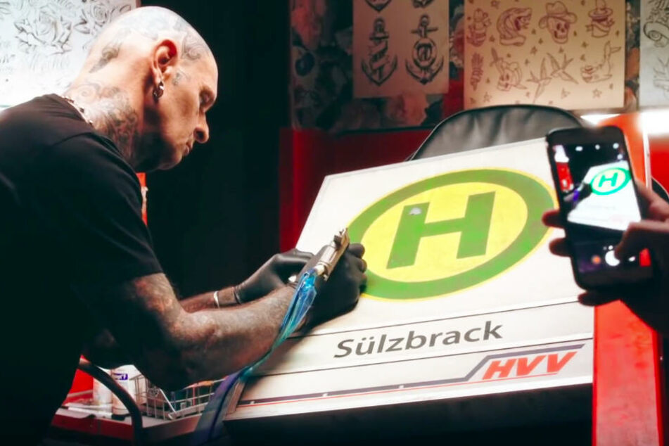 Deswegen liegt ein Bus-Schild im Tattoo-Studio