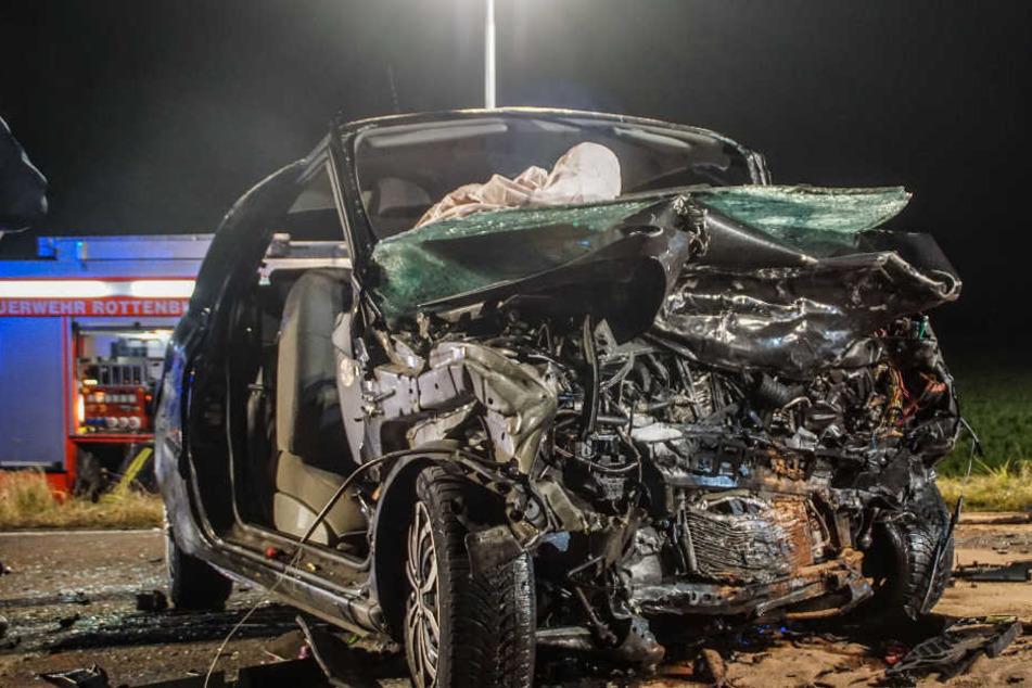 Die Fahrerin dieses Renault kam bei dem Crash ums Leben.