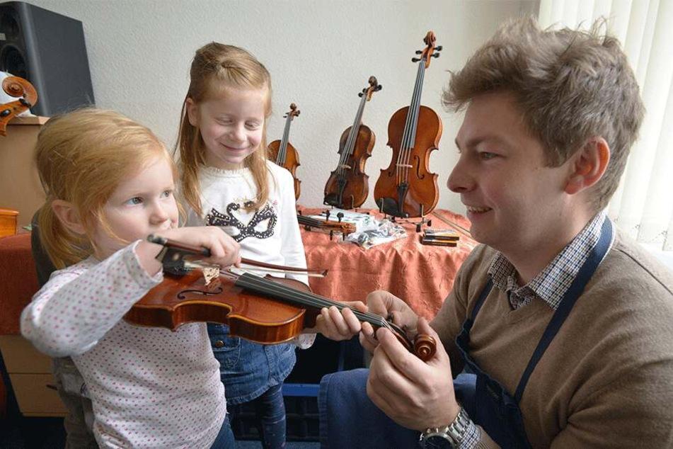 Qualitätsintrumente, auch für die Kleinen: Die Schwestern Klare (6, l.) und Elsa (4) testen die Geigen von Fabian Bönsch (31).