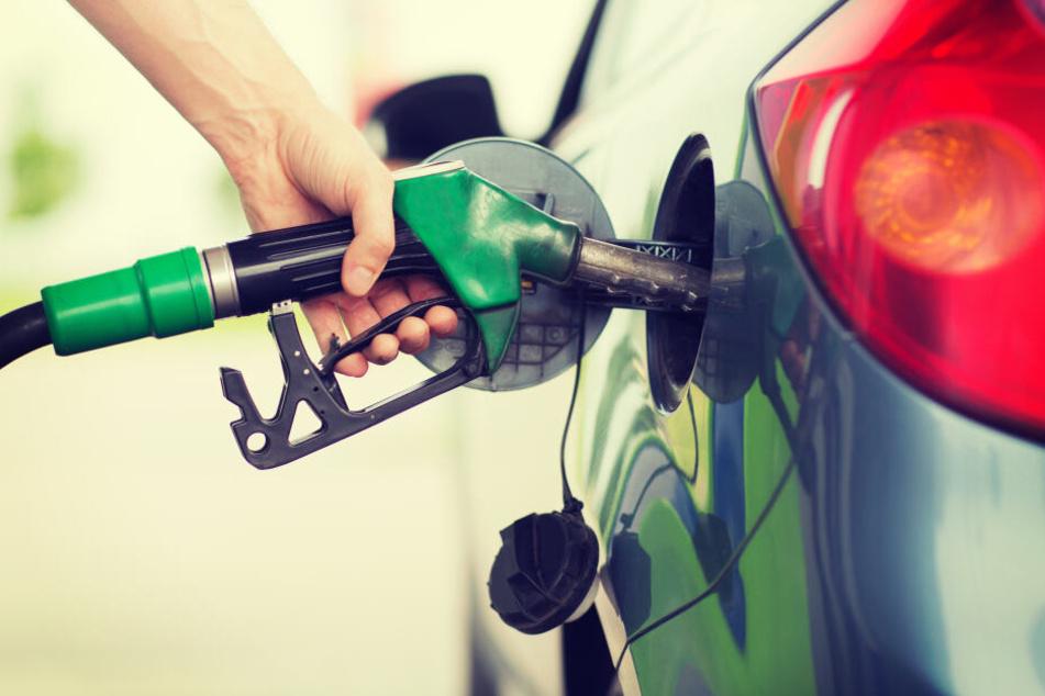 Schock an Tankstelle: Auto geht in Flammen auf, Vater rettet seine Söhne