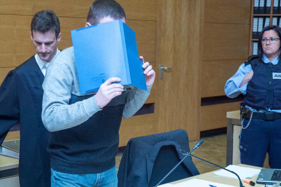 Auch am zweiten Prozesstag will der Angeklagte sein Gesicht nicht zeigen.