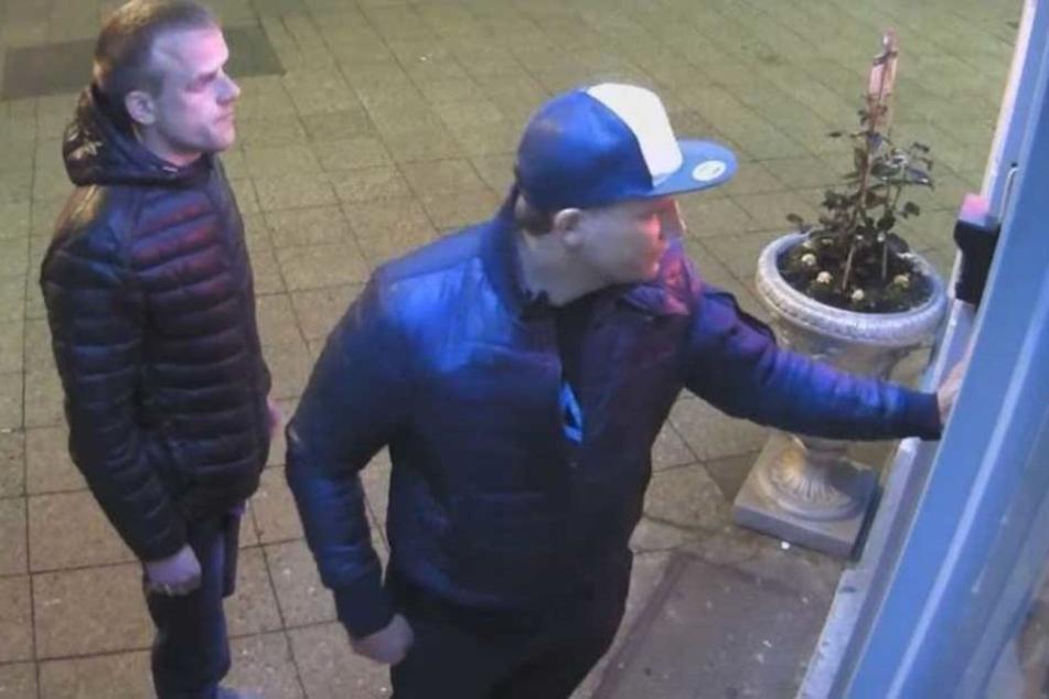 Das Foto aus der Überwachungskamera zeigt die beiden Tatverdächtigen.