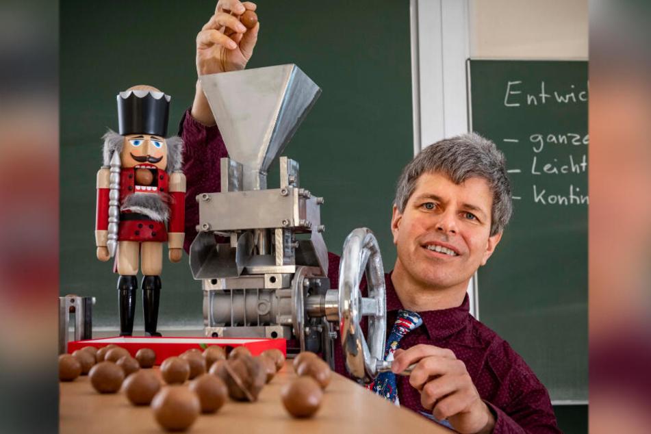 Matthias Kröger (51) von der TU Bergakademie in Freiberg entwarf einen besonderen Nussknacker für Macadamianüsse.