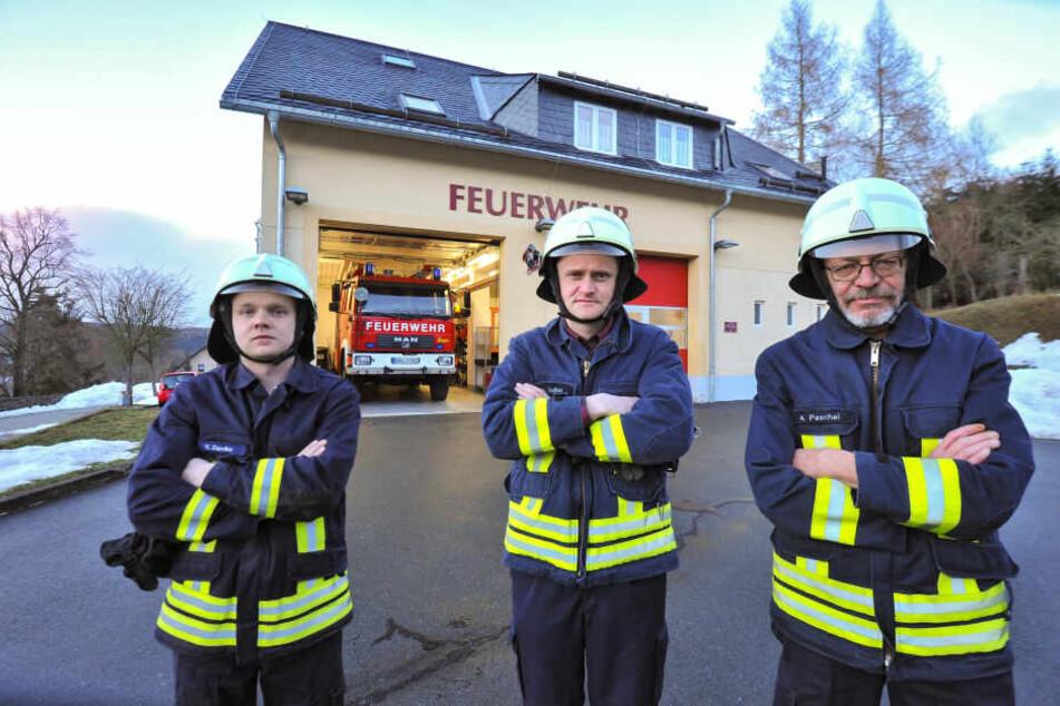 Sebastian Zander (26, v.l.), Hauptbrandmeister Christian Zießler (41) und Brandmeister André Peschel (61) von der FFW Wolkenstein können keinen Bereitschaftsdienst mehr leisten.