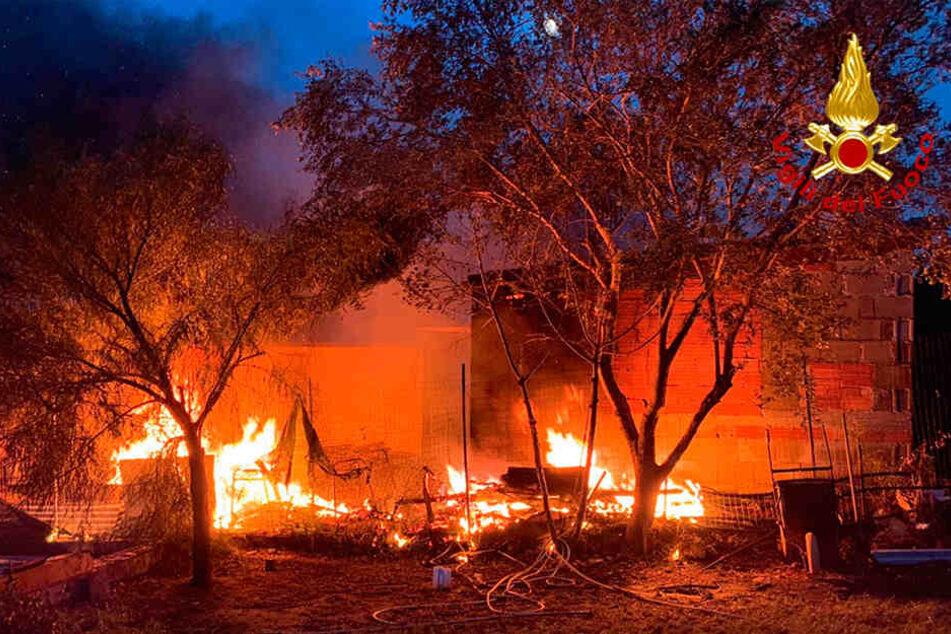 Dieses von der Feuerwehr zur Verfügung gestellte Bild zeigt ein Waldbrand in der Nähe der sardischen Stadt Tortoli.