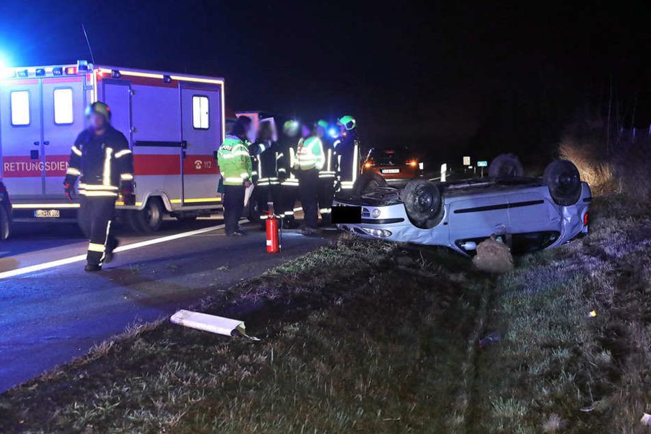 Ein Autofahrer hatte sich neben der Autobahn überschlagen.