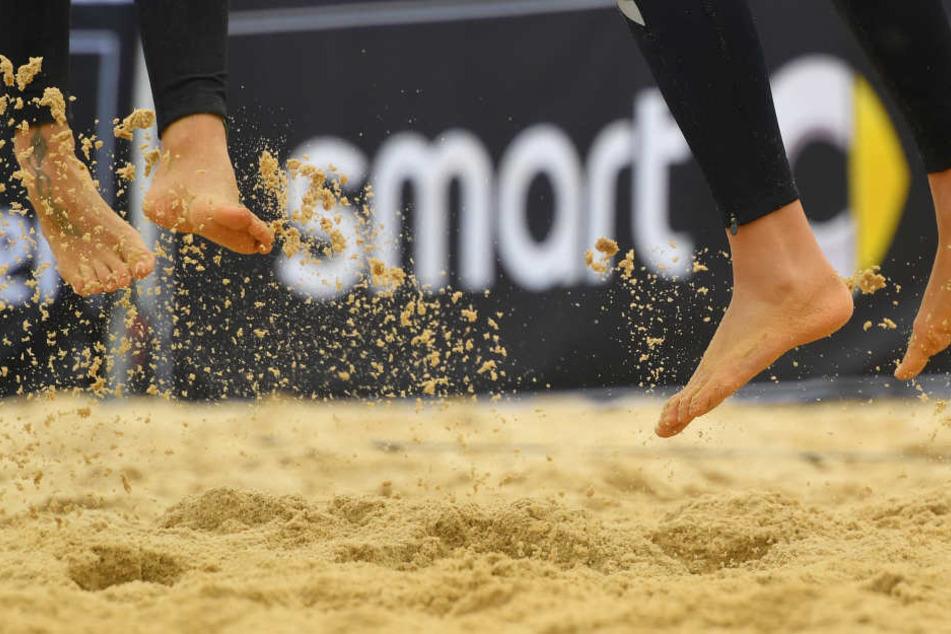 """1000 Tonnen feinster Sand wurden auf dem Altmarkt für den """"smart beach cup"""" aufgeschüttet."""