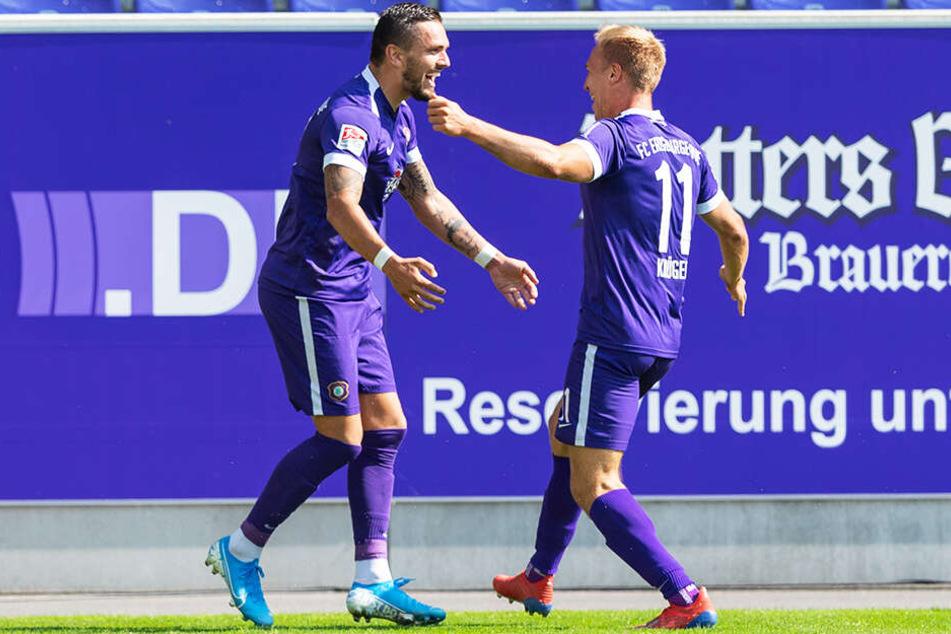 Aue-Stürmer Pascal Testroet beglückwünscht Florian Krüger zu dessen Treffer zum 1:0.