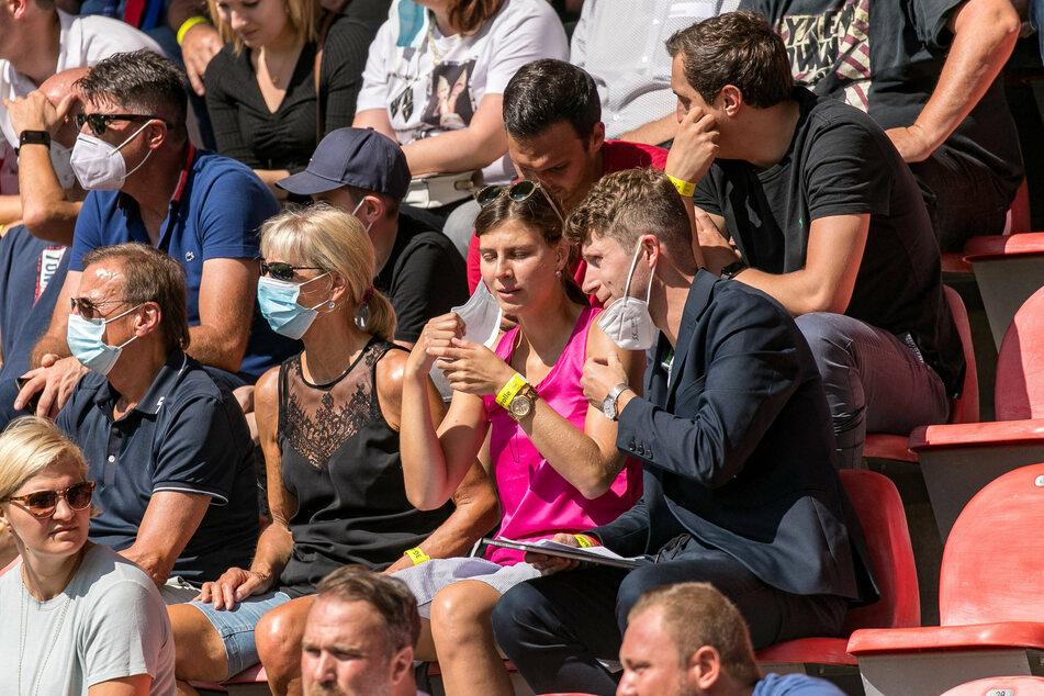 """Ronny Zimmermann (r.) am Sonntag auf der Tribüne am Sonntag in Heidenheim. Nicht das war überraschend, sondern die Bezeichnung im Bild: """"Leiter Vereinsentwicklung und Vereinskommunikation""""."""