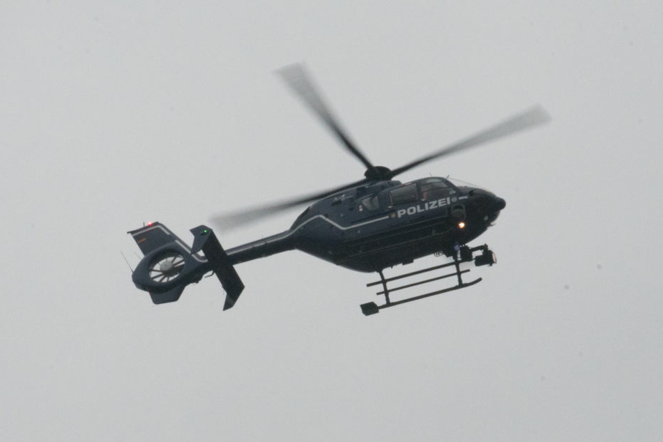 Bei der Suche nach dem Fahrer wurde ein Polizeihubschrauber eingesetzt. (Symbolfoto)
