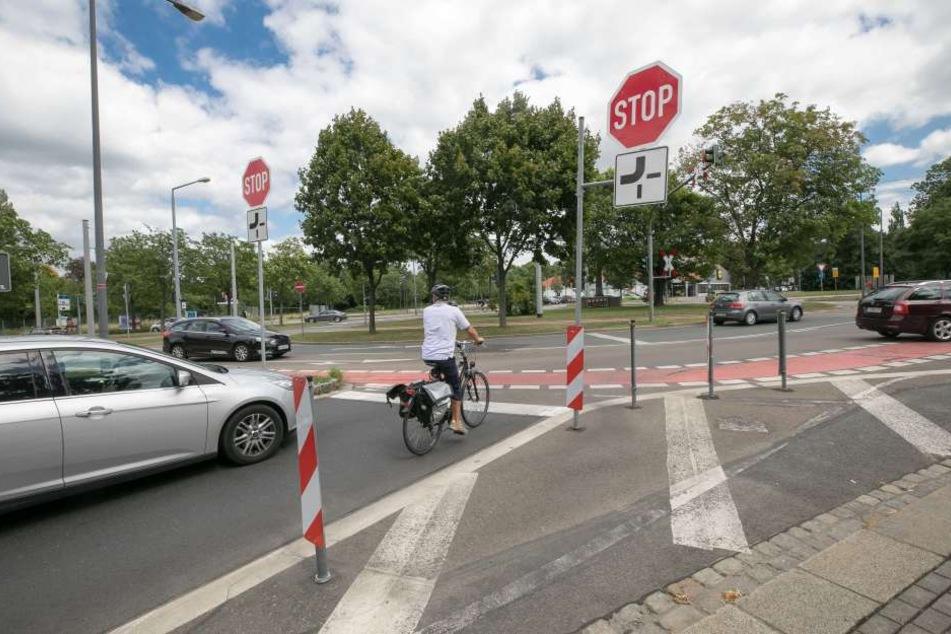 Der Strehlener Platz ist für Verkehrsteilnehmer eine Herausforderung. Rote  Radwege und Schilder sollen für Sicherheit sorgen.