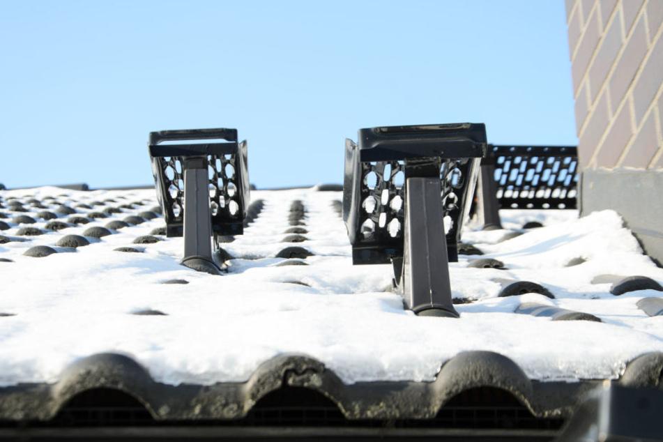 Schneemassen wie diese wurden dem Arbeiter auf dem Dach zum Verhängnis. Er stürzte mehrere Meter in die Tiefe. (Symbolbild)