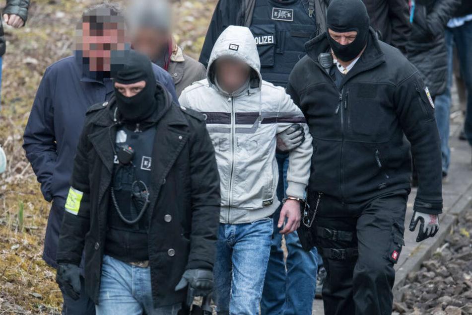Im Rahmen eines Ortstermines kehrte Ali Bashar (Bildmitte, graue Jacke) an den Ort des Geschehens zurück.