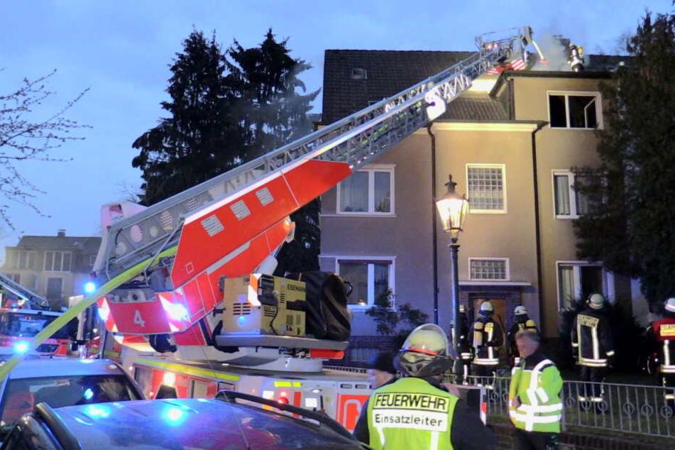 Feuer im Dachgeschoss: Frau (75) muss in Spezialklinik