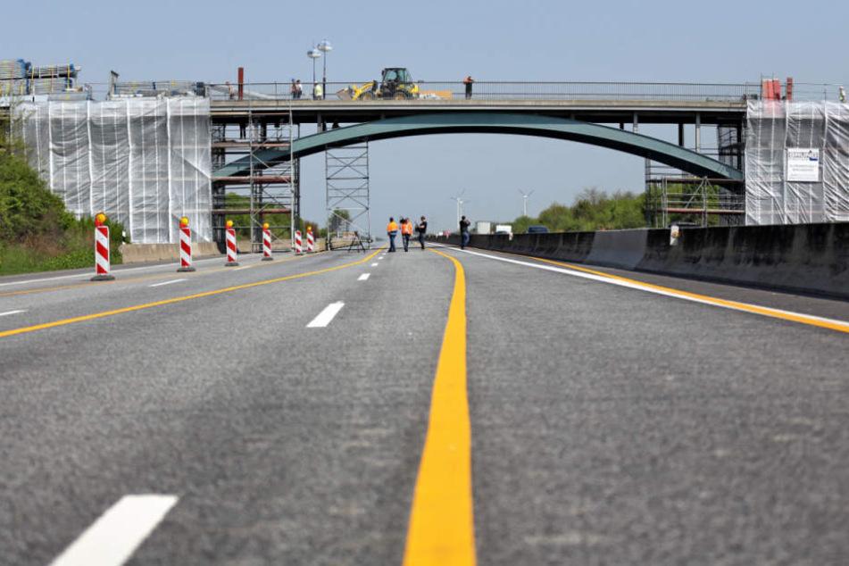 Lkw rammt Brücke bei Fulda mit Kranaufbau