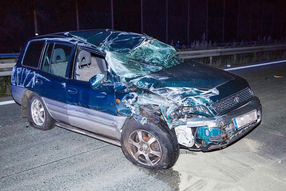 Der Toyota wurde durch den Aufprall stark deformiert.