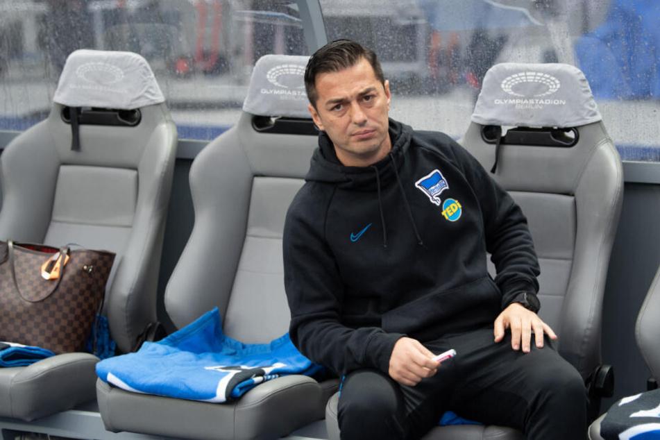 Herthas Trainer Ante Covic sitzt vor Spielbeginn auf der Bank. (Archivbild)