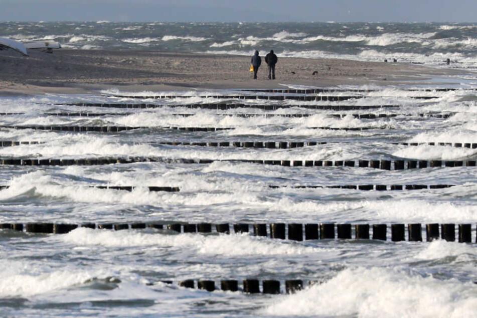 Bei starkem Wind kann es an der Ostsee bei Graal-Müritz gefährlich für Badegäste werden (Archivbild).