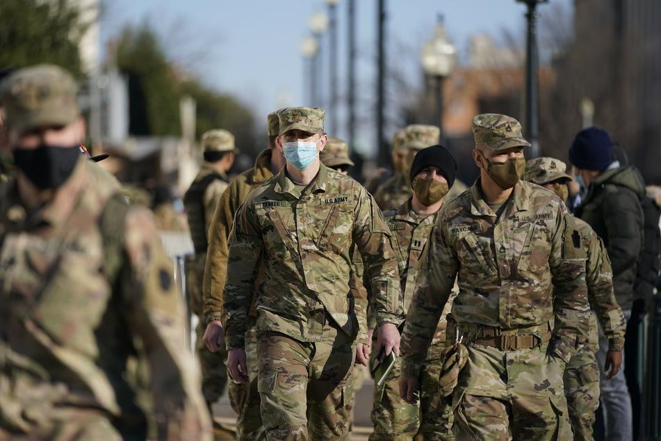 Soldaten der DC National Guard, einem Teil der US-Nationalgarde, patrouillieren rund um das Kapitol Gelände.