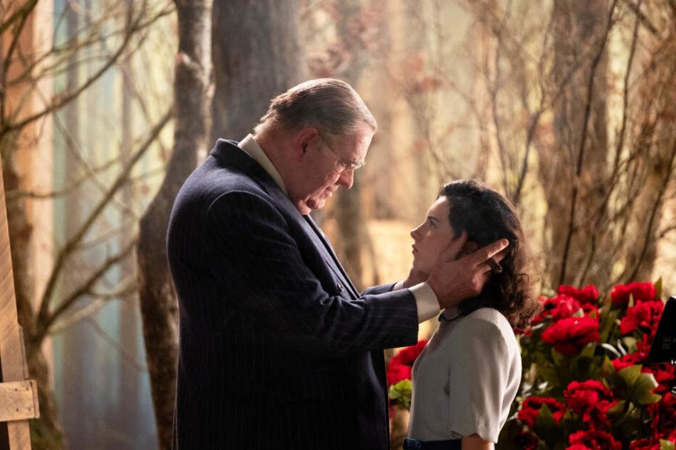 Der mächtige Studioboss Louis B. Mayer (Richard Cordery) zeigt Judy Garland (Darci Shaw) klar auf, wer der Boss ist.