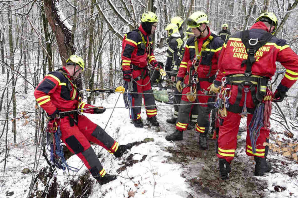 Die Einsatzkräfte übten eine Rettungsaktion in unwegsamen Gelände.