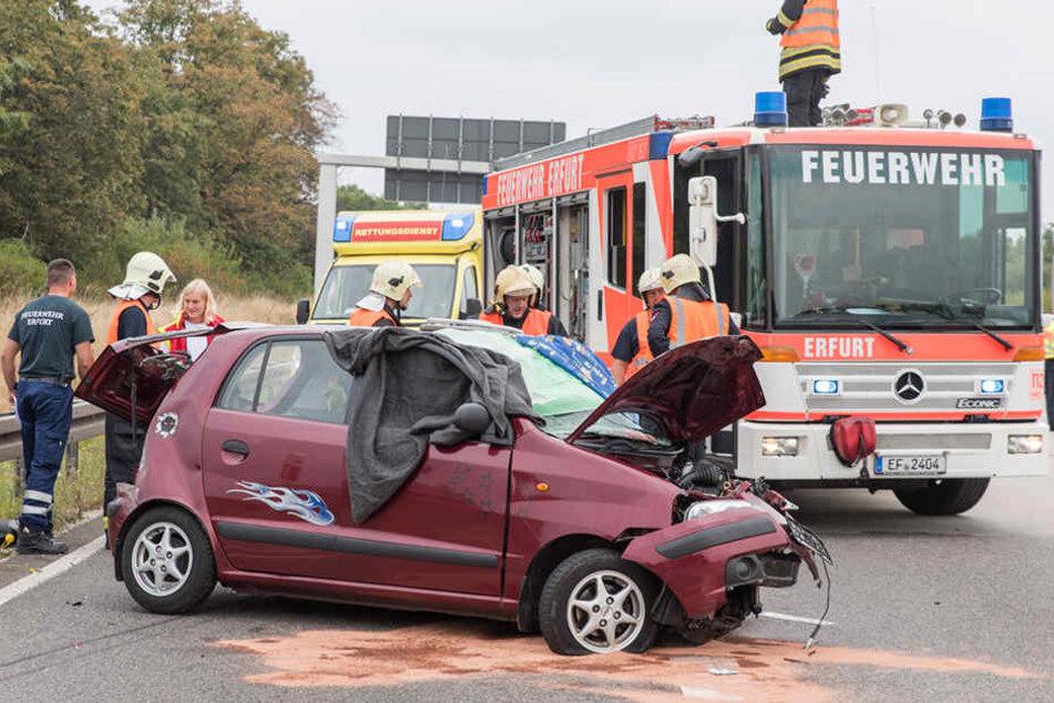 Bei einem Horror-Unfall auf der A4 starb ein Hyundai-Fahrer. Zwei weitere Fahrzeugführer wurden schwer verletzt.
