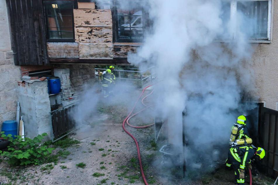 Dicke Rauchwolken umhüllen Haus: Was brennt hier?