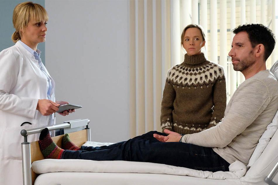Dr. Lea Peters kann Lutz Kleinschmidt (r.) von der lebensgefährlichen Operation überzeugen. Seine Frau Nora (Mitte) steht ihm zur Seite.