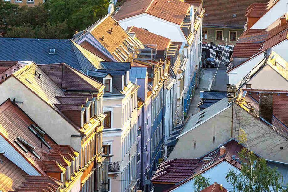 In der Böhmischen Straße in der Neustadt stieg ein Mann durch ein offenes Fenster ein.