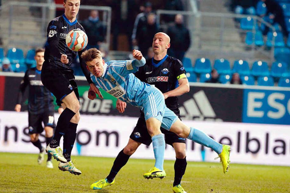 Das Heimspiel gegen Paderborn gewann der CFC im März 2017 mit 2:1. Hier kommt Florian Hansch vor Tim Sebastian an den Kopfball. Links Sebastian Schonlau.