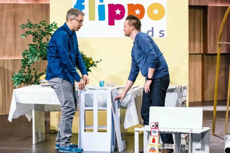 """Frank Thelen (li.) zeigt schon mal erhöhtes Interesse an """"flippo one""""."""