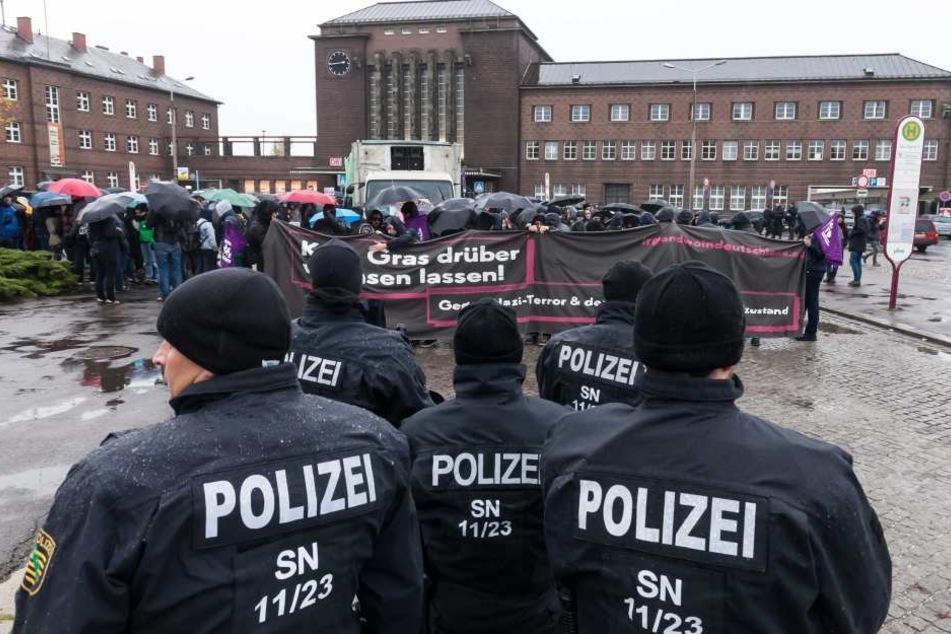 Die Demonstration gegen rechte Gewalt begann am Hauptbahnhof bei Nieselregen.